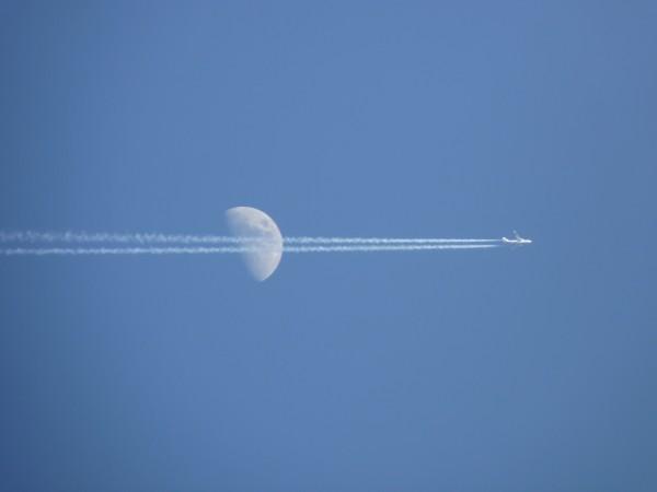 Пока целился в луну , прилетел самолет, пришлось и его сфоткать
